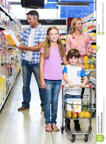 familia-feliz-en-el-supermercado-62324249